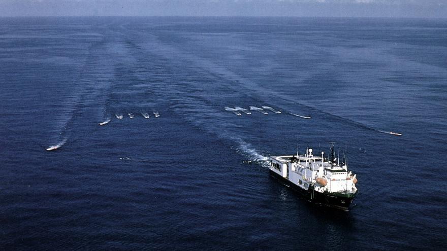 Embarcación arrastra dispositivos de emisión de señales acústicas, en una imagen del Estudio de Impacto de CNWL.