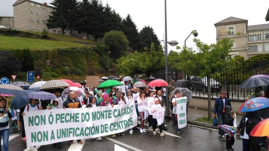 Estudiantes, docentes y familias del CEIP Monte Caxado (As Pontes), durante al protesta