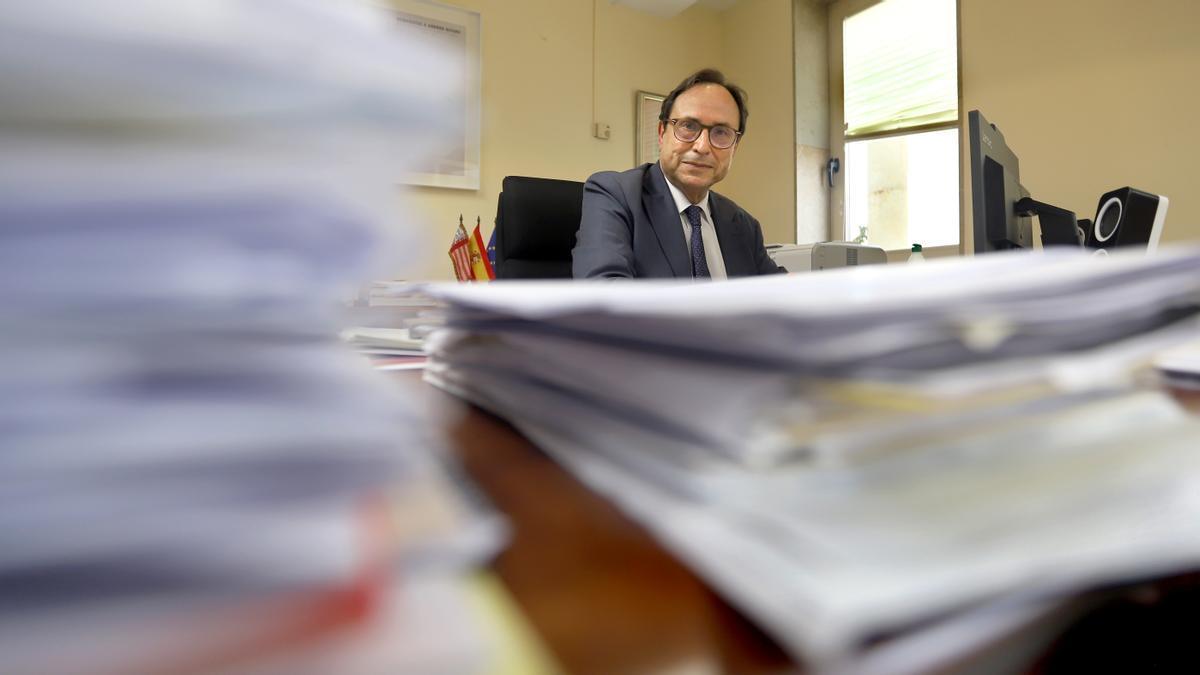 El conseller de Hacienda, Vicent Soler, en su despacho. / Jesús Císcar