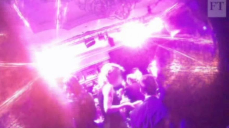 Una imagen de la fiesta de Londres publicada por el Financial Times.