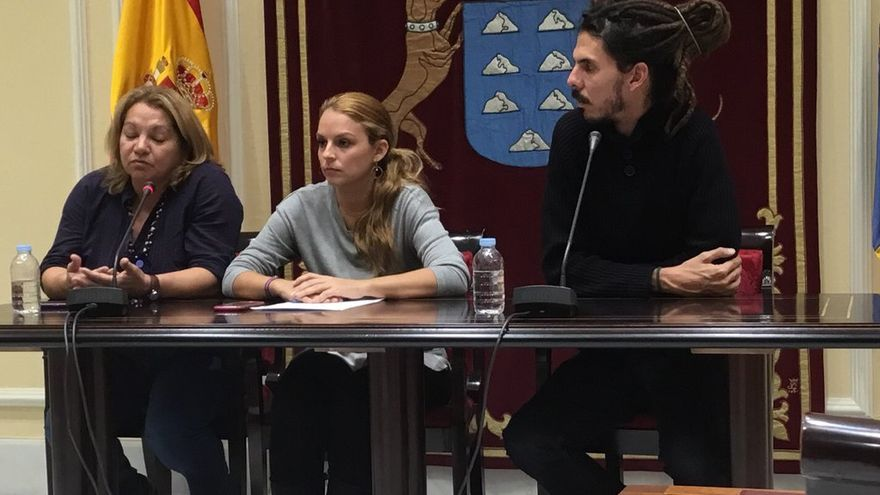 De izquierda a derecha: La secretaria de Podemos en Canarias, Meri Pita, la parlamentaria Noemí Santana y el diputado del Congreso, Alberto Rodríguez.