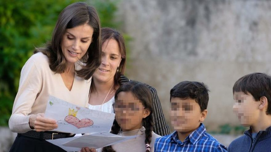 La reina Letizia observa los dibujos de un grupo de escolares en San Millán de la Cogolla.