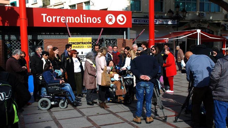 Miembros de la Plataforma, ante la estación de Cercanías