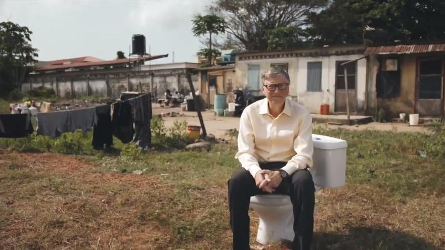 Bill Gates sentado sobre su retrete