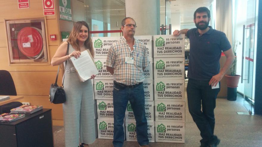 Portavoces de los colectivos promotores de la ILP entregando las firmas en la Asamblea