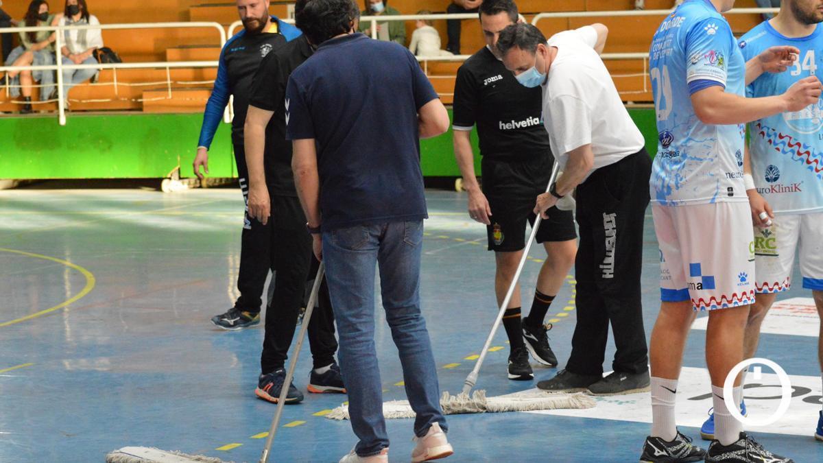 Empleados tratan de secar la pista de Fátima.