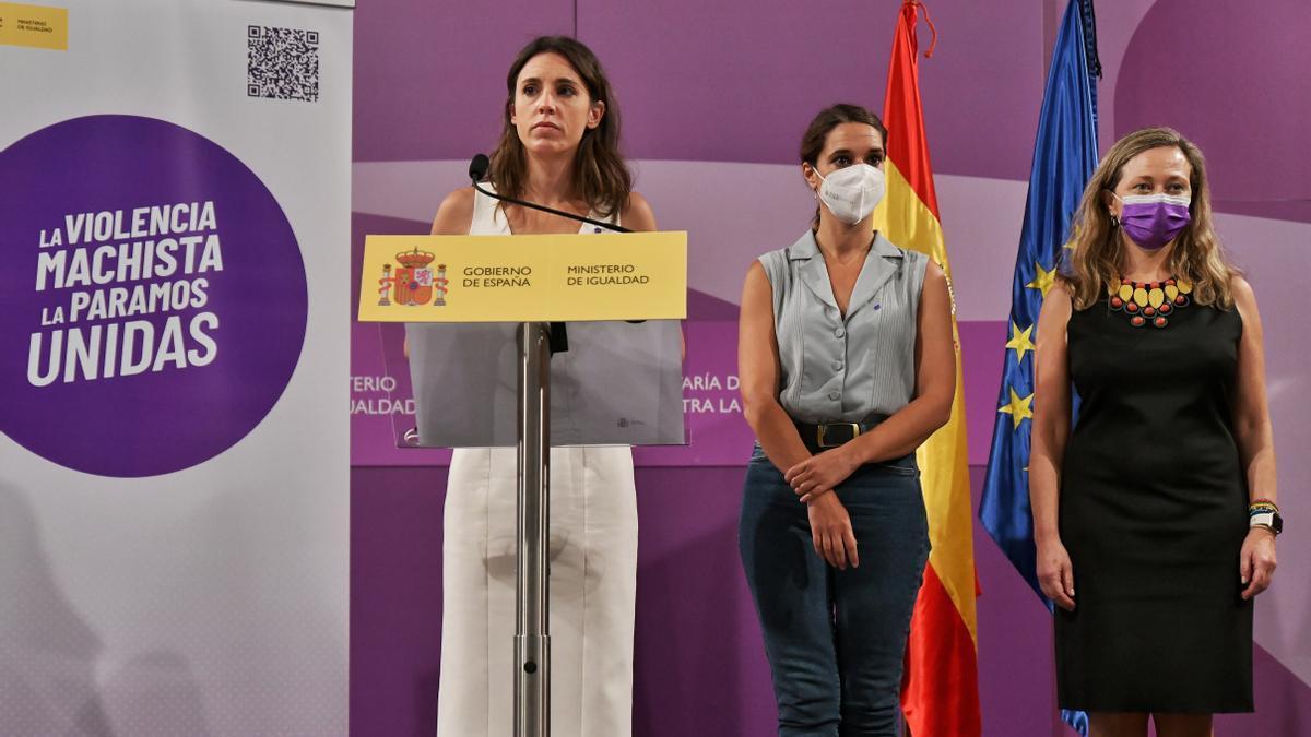 La ministra de Igualdad, Irene Montero, la secretaria de Estado de Igualdad, Noelia Vera, y la delegada del Gobierno contra la Violencia de Género, Victoria Rosell, presentan la campaña 'Punto Violeta'
