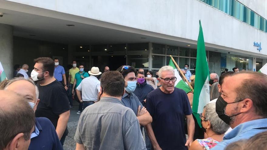 Cañamero en los aledaños del edificio Noga mientras se celebraba el juicio.