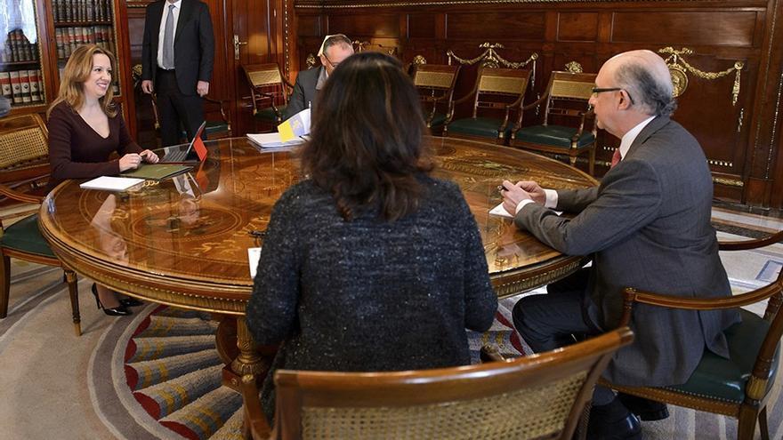 Reunión entre la consejera de Hacienda del Gobierno de Canarias, Rosa Dávila, y el ministro de Hacienda y Administraciones públicas del Gobierno de España, Cristóbal Montoro