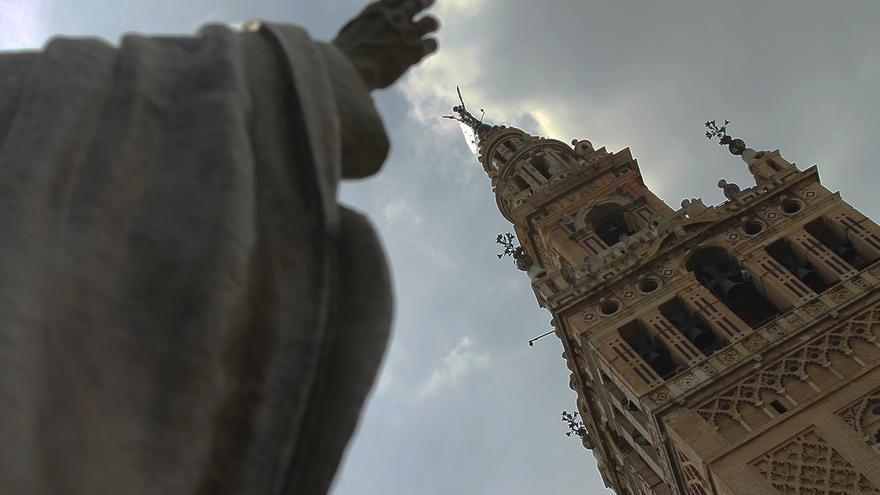 La Giralda, casi tocada por la estatua de Juan Pablo II. / J.M.B.