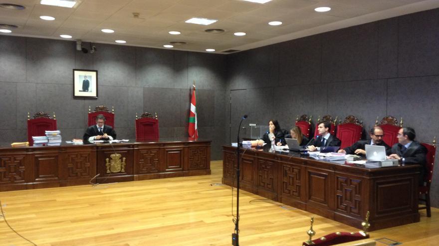 El juez Marcos Bermúdez y los abogados del BBVA y Eroski, momento antes de comenzar la vista oral por el juicio por las subordinadas. / EDN