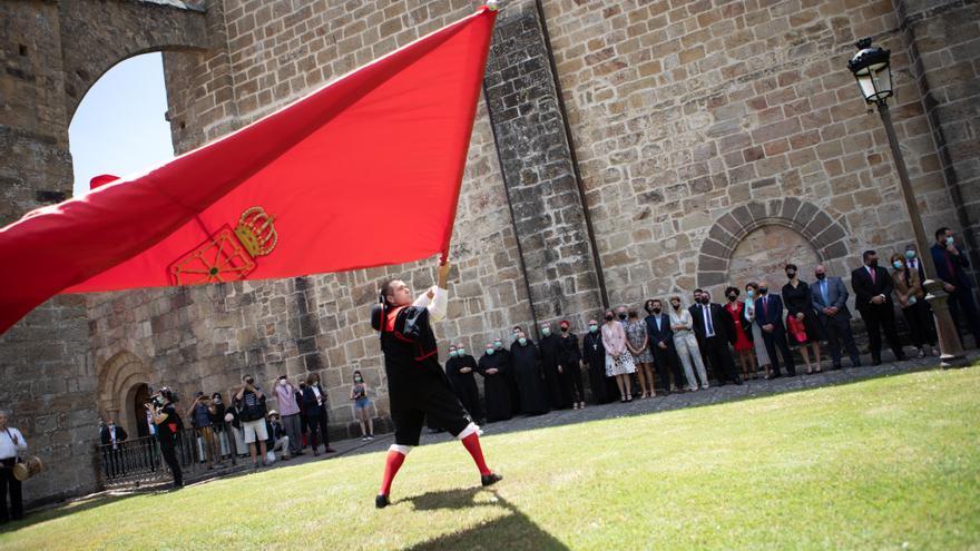 El saludo a la bandera de Navarra interpretado por un miembro del grupo de dantzas Rocamador de Sangüesa en el acto de homenaje a los reyes y reinas del antiguo Reino de Navarra, celebrado en Monasterio San Salvador de Leyre
