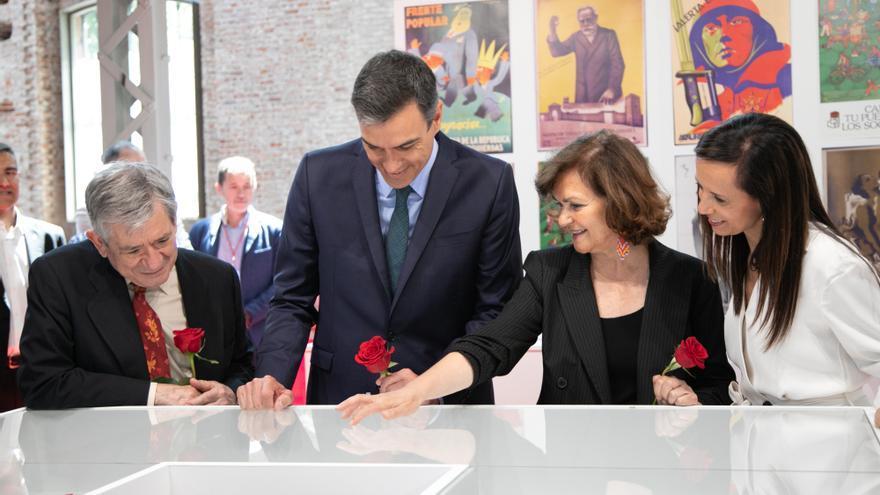 Pedro Sánchez junto a Carmen Calvo, Enrique Barón y Beatriz Corredor en la exposición de los 140 años del PSOE.