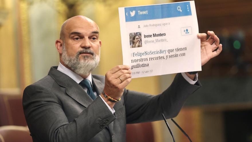 Víctor Sánchez del Real, de Vox, muestra en el debate una copia de un tuit de Irene Montero de 2013.