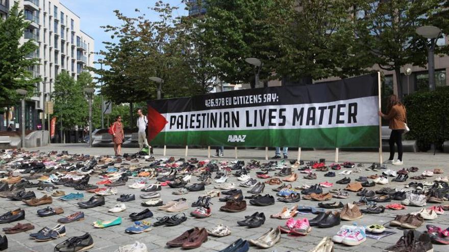 Una instalación de 4.500 zapatos en Bruselas denuncia la situación en Palestina