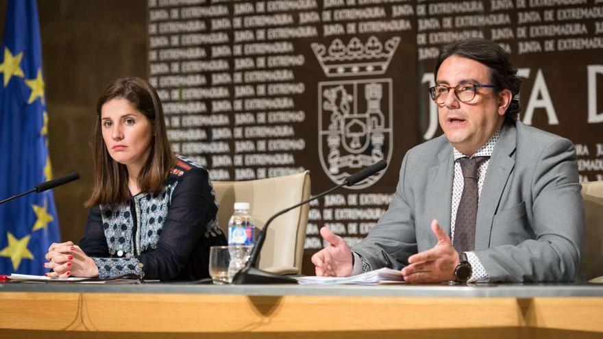 Isabel Gil Rosiña, portavoz de la Junta, y José María Vergeles, consejero de Política Social y Sanidad, presentando el decreto-ley