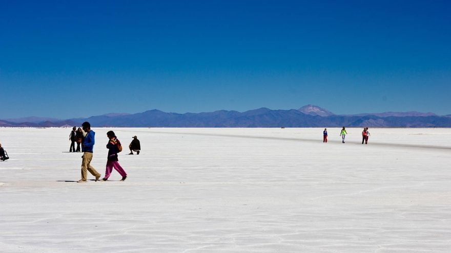 Viajeros en las Salinas Grandes, en la provincia argentina de Jujuy. VIAJAR AHORA