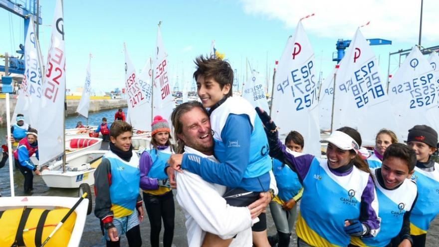Miguel Beneyto coge en brazos a su hijo Samuel, campeón de España de la clase Optimist.