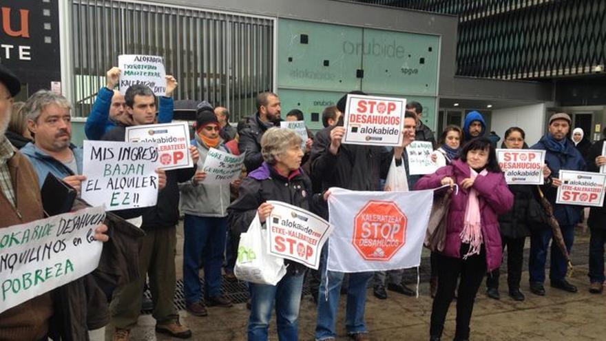 Protesta frente a la sede de Alokabide.