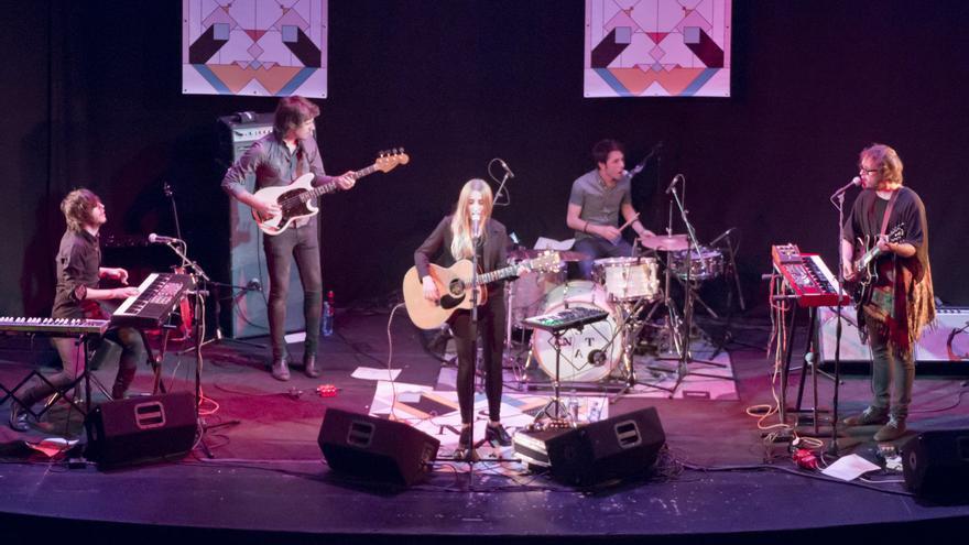 Zahara junto a su banda en el Teatro Lara / SonEG - LolasArtPhoto