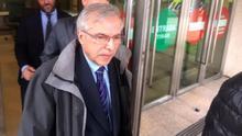 Antonio Lanchares, director de Seguridad de Renfe, saliendo del juzgado tras declarar por el accidente de Angrois