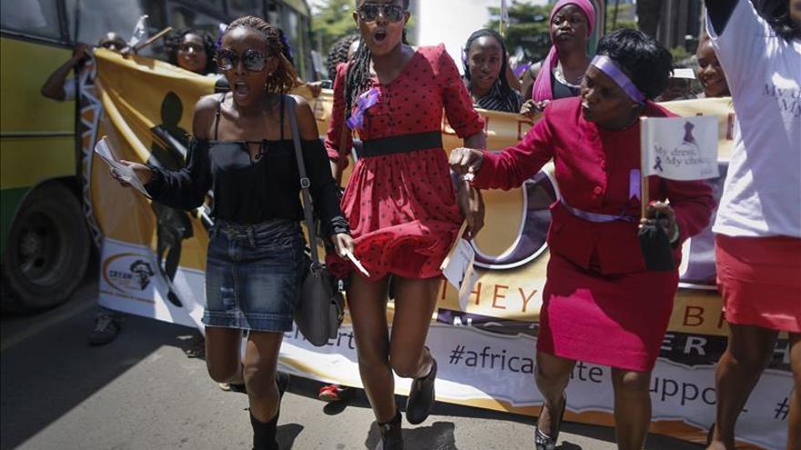 """Desnudan a otra mujer en Nairobi """"por vestir indecentemente"""""""