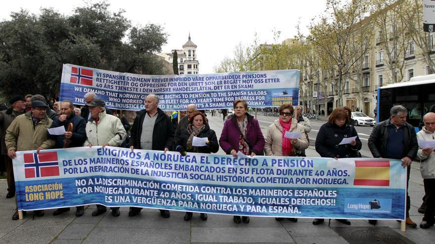 La asociación Long Hope en la manifestación frente a la Embajada de Noruega en Madrid | Foto de Marta Jara