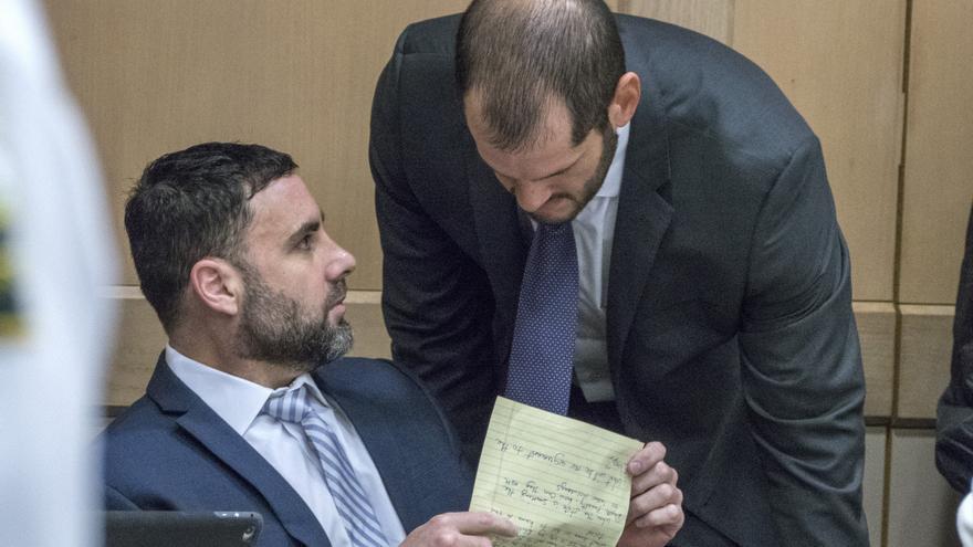 El hispano-estadounidense Pablo Ibar conversa con su abogado Joseph Nascimiento durante una audiencia hoy en el tribunal estatal de Florida.