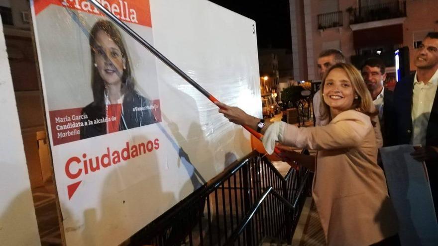 La candidata a la Alcaldía de Marbella por Ciudadanos, María García, en el arranque de la campaña electoral del pasado 10 de mayo, durante la pegada de carteles en San Pedro Alcántara.