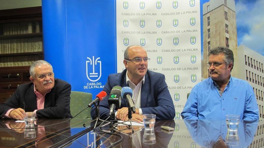 De izquierda a derecha: Ángel Basanta, presidente de la Asociación Española de Críticos Literarios; Anselmo Pestanta, presidente del Cabildo, y Premitivo Jerónimo, consejero insular de Cultura.