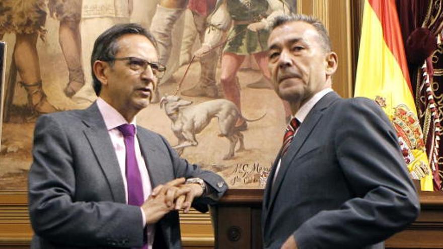 Antonio Castro y Paulino Rivero en el Parlamento de Canarias. (EFE)