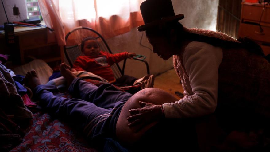 La partera Leonarda trata a Silvia Aliaga una semana antes de su parto en su casa de Patacamaya/ Fotografía: Olmo Calvo