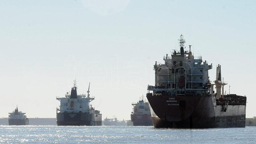 Hay 170 barcos que esperan para cargar soja y derivados en los puertos afectados por el paro.