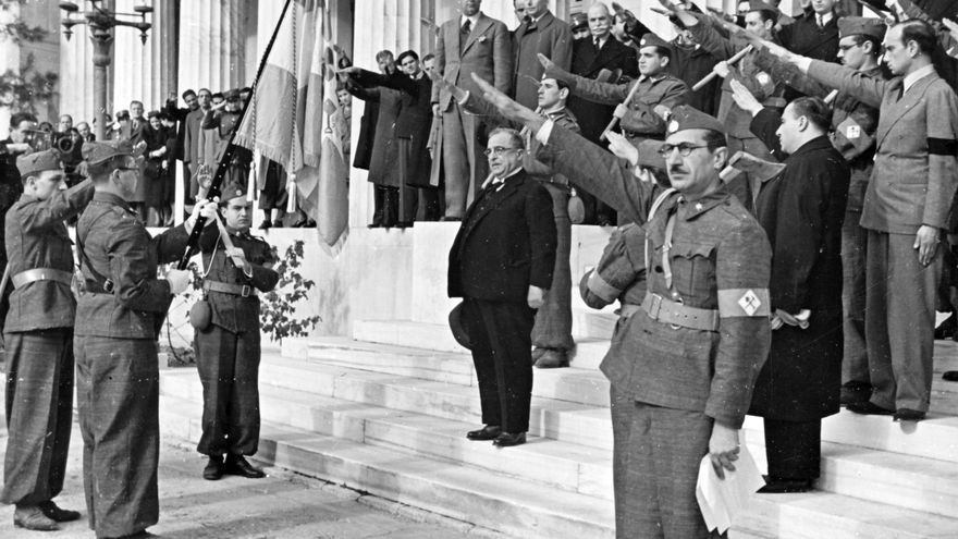 """The Nazi propaganda picture shows the Greek dictator Ioannis Metaxas (middle) in Athens in the midst of members of the newly founded Greek labour service. All of them raise their hands for a fascist salute (""""Greek salute""""). The photo was taken in 1937. / EFE / Photo: Berliner Verlag / Archive - NO WIRE SERVICE -"""