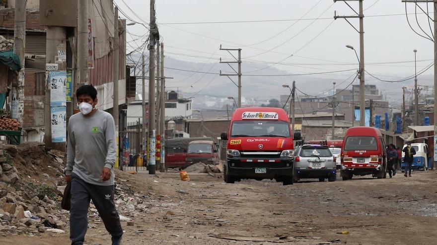 """Registro general este miércoles de un sector del asentamiento humano """"La Nueva"""" en el distrito de San Juan de Miraflores, sitiado por la pandemia de COVID-19, en Lima (Perú)."""