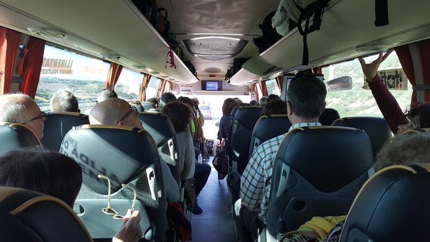 Manifestantes independentistas en uno de los autobuses en dirección Madrid para protestar en contra del juició del procés