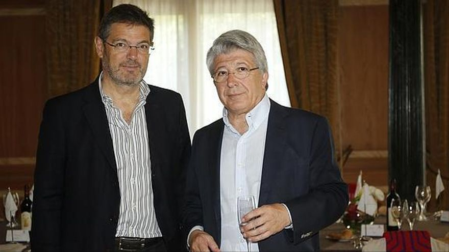 El ministro de Justicia con el presidente del Atlético de Madrid, Enrique Cerezo.