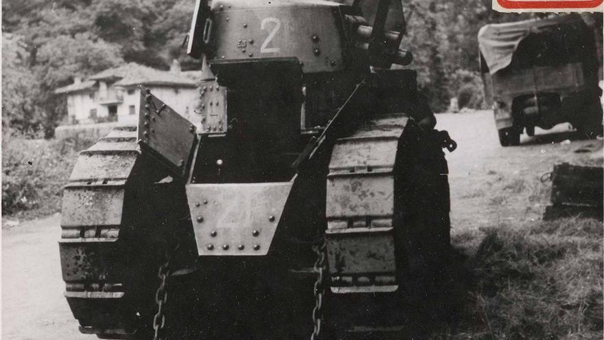 Carro Renault FT–17 abandonado en Alceda (Ontaneda) el 21 de agosto de 1937 tras ser retirado del puerto del Escudo. El material blindado sobre orugas, moviéndose por sus propios medios a escasa velocidad, tuvo muchas dificultades para llegar a Asturias debido a la rapidez del avance rebelde (Biblioteca Nacional).