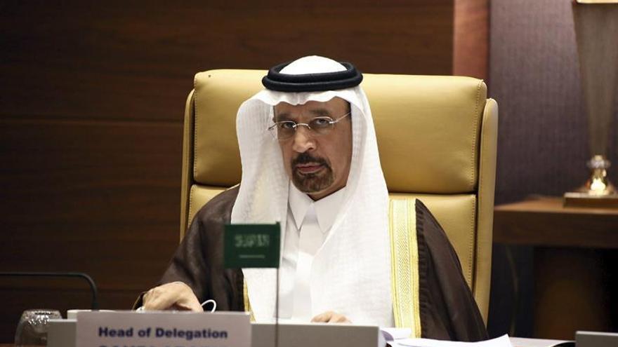Los países de la OPEP acuerdan congelar la producción de crudo