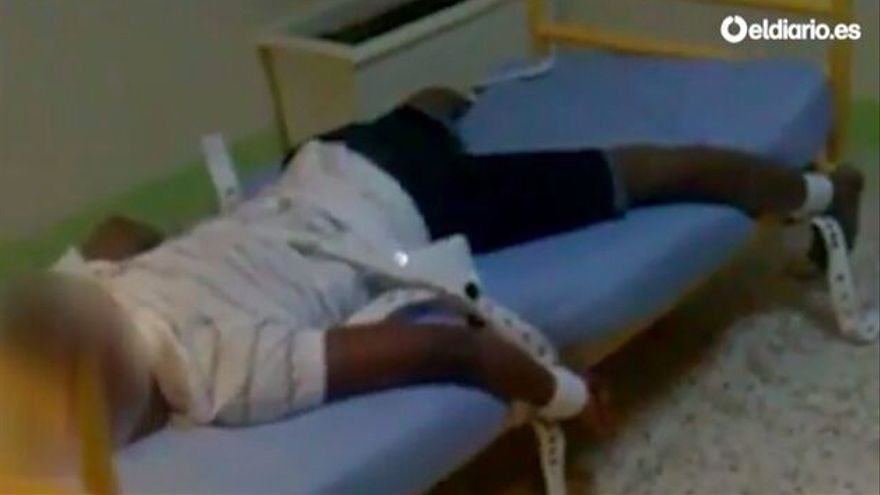 Captura del vídeo de denuncia de la contención a la cama de un menor migrante en el centro Tierras de Oria Almería