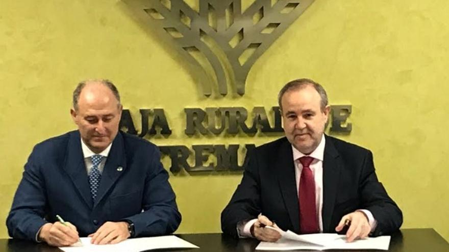 Firma del acuerdo entre Caja Rural de Extremadura y el Colegio Oficial de Veterinarios de Badajoz