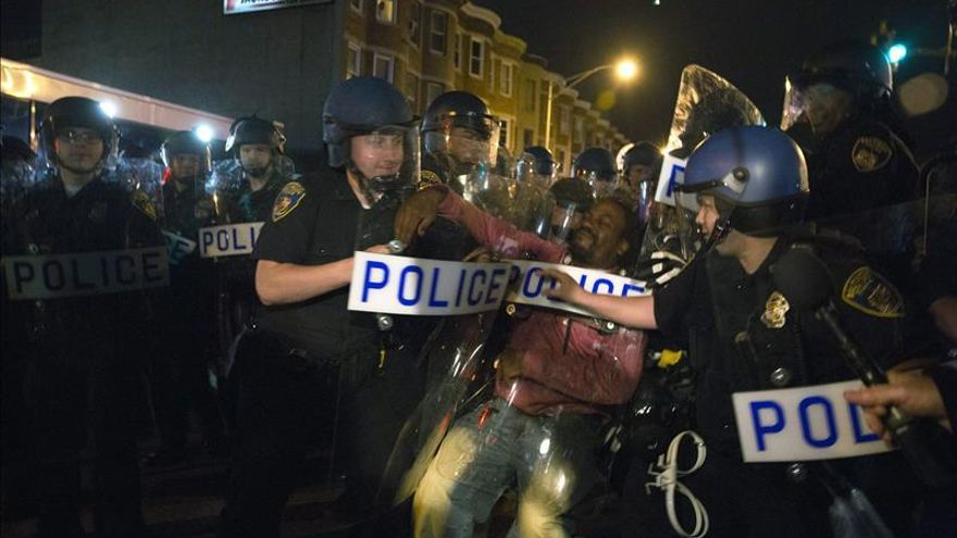 Miles de manifestantes marchan en Baltimore tras imputación de policías