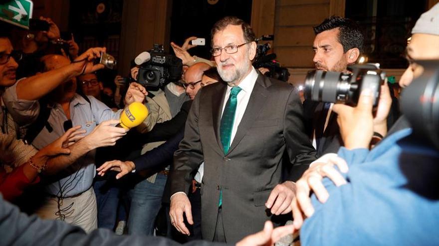 Rajoy abandona el restaurante donde estuvo reunido esta tarde con sus ministros
