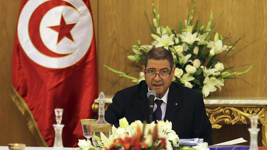 El voto de confianza al primer ministro de Túnez alargado hasta la noche