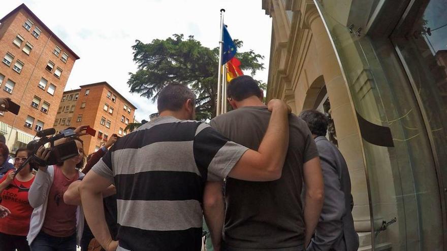 Pablo Alberdi y Jorge Merino, abrazados a la salida de la vista de conformidad celebrada en mayo de 2017