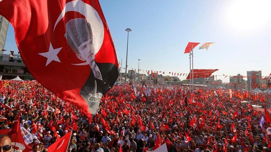 Masiva manifestación de la oposición turca pide laicismo y condena el golpe