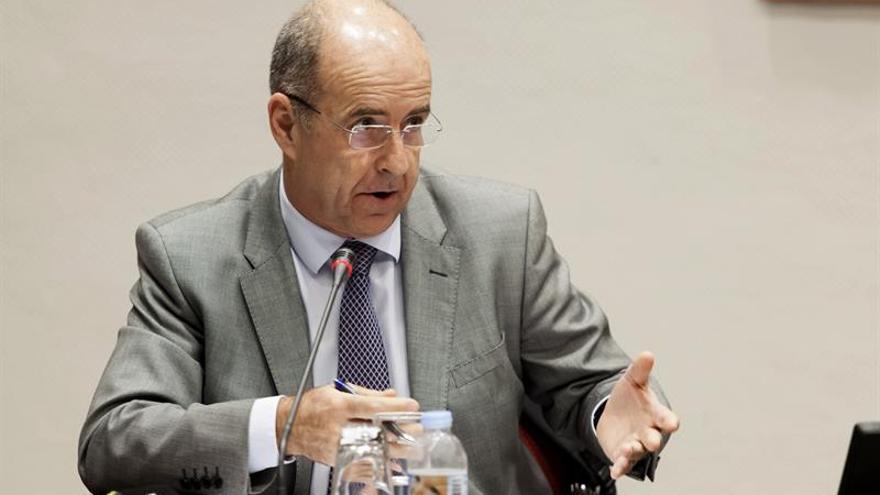 El consejero de Economía, Industria, Comercio y Conocimiento del Gobierno de Canarias, Pedro Ortega, informó en comisión parlamentaria sobre el acceso de las empresas canarias al continente africano.