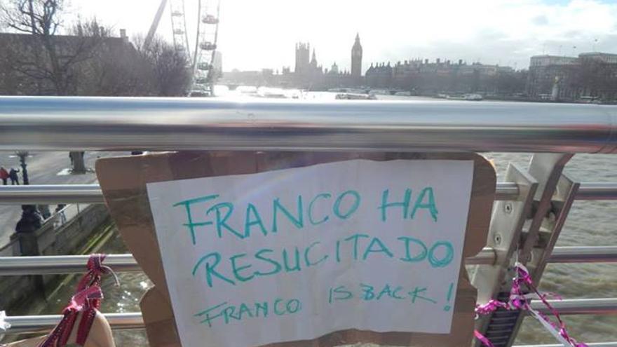 Uno de los carteles de protesta colocado en el puente de Southbank de Londres.
