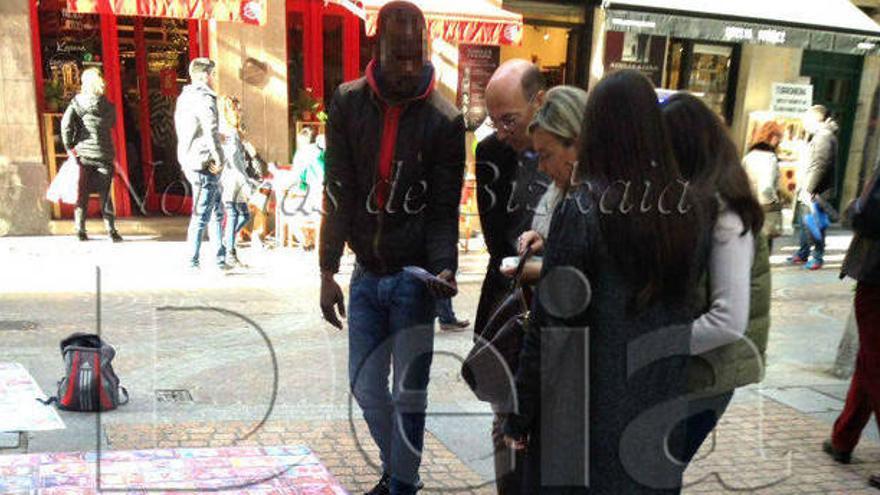 El delegado del Gobierno en Euskadi, junto a su familia, comprando en el top manta