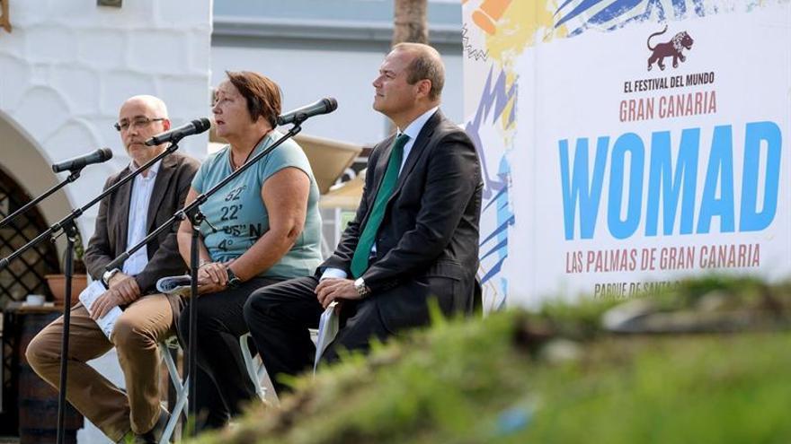 La directora de Womad España, Dania Dévora, acompañada por el presidente del Cabildo de Gran Canaria, Antonio Morales (i), y el alcalde de la capital de la isla